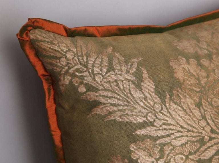 Pair of Fortuny Fabric Cushions in the Crosini Pattern In Excellent Condition For Sale In New York, NY