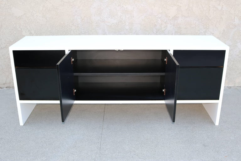 Modern Milo Baughman White Lacquered Credenza with Contrast Doors For Sale
