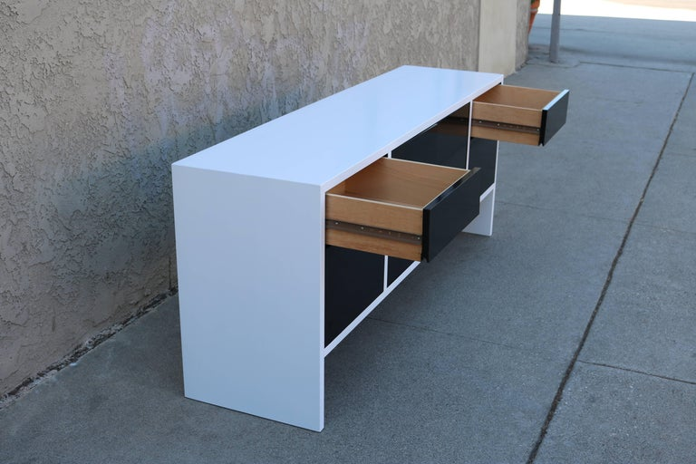 Milo Baughman White Lacquered Credenza with Contrast Doors In Excellent Condition For Sale In Los Angeles, CA