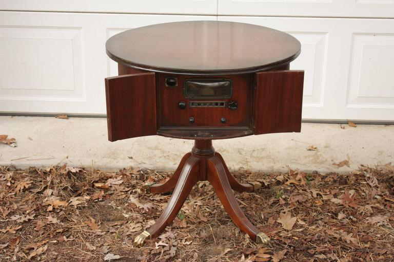 1930s English Round Mahogany Pedestal Table With Brass