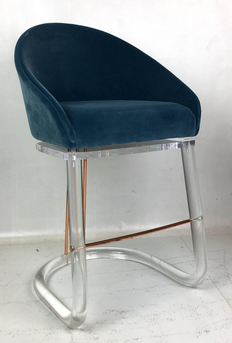 Mid-Century Modern Pair of Lucite and Brass Counter Stools by Lion in Frost For Sale