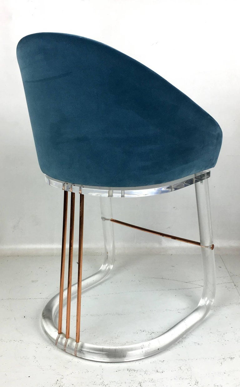 Pair of Lucite and Brass Counter Stools by Lion in Frost In Excellent Condition For Sale In San Leandro, CA