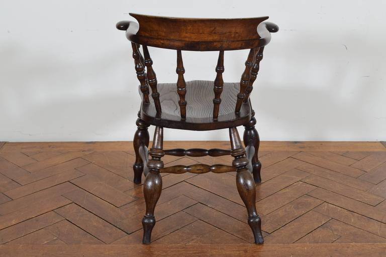 English Turned Chestnut Windsor Chair, 19th Century In Excellent Condition For Sale In Atlanta, GA