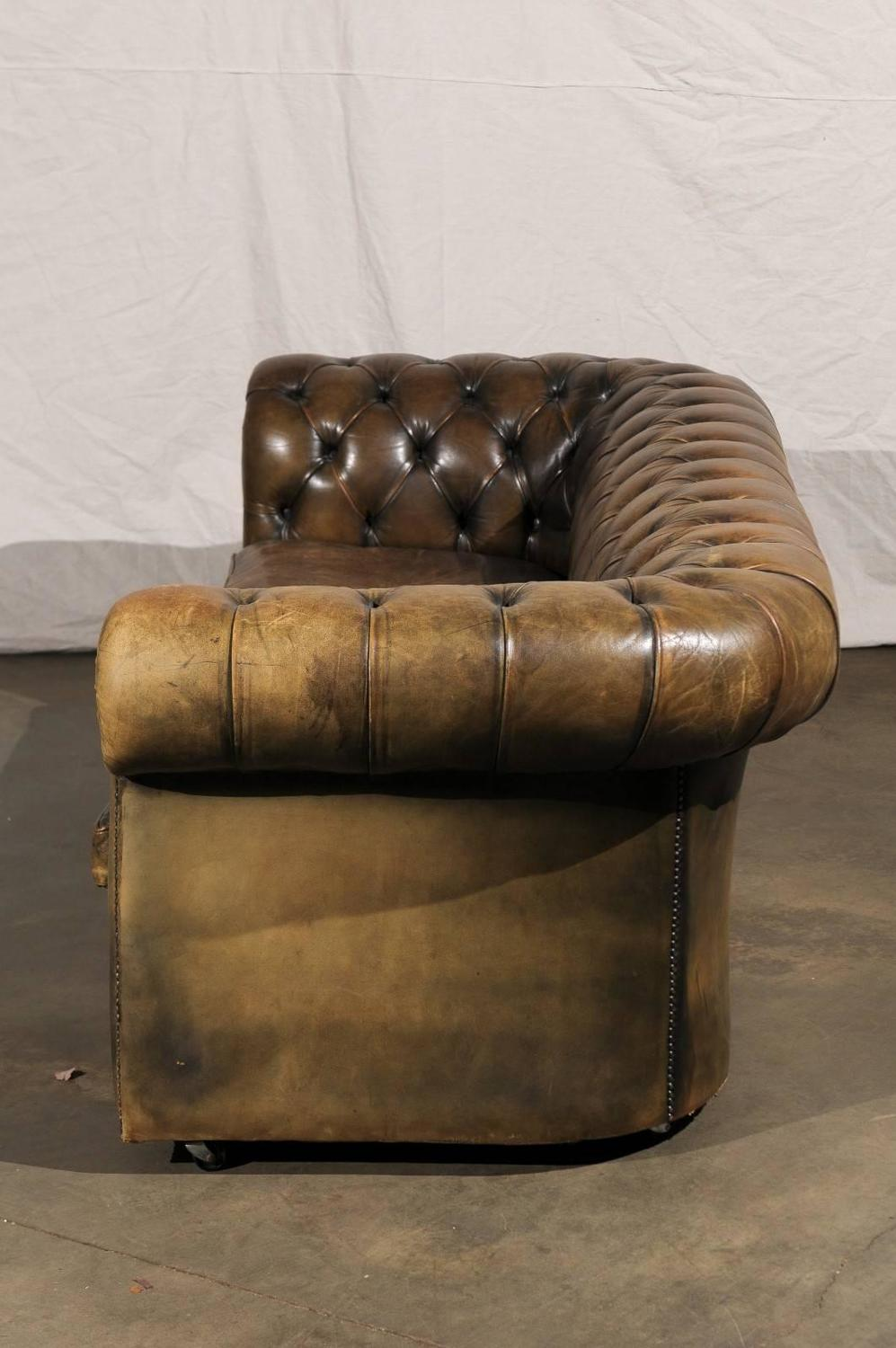 20th century english chesterfield sofa for sale at 1stdibs for Decor jewelry chesterfield
