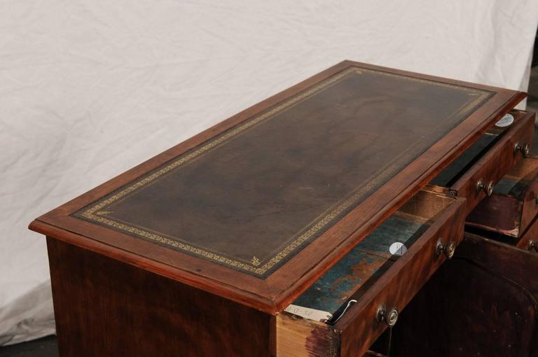 19th Century English Mahogany Knee-Hole Desk For Sale 4