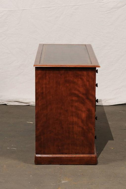 19th Century English Mahogany Knee-Hole Desk For Sale 5