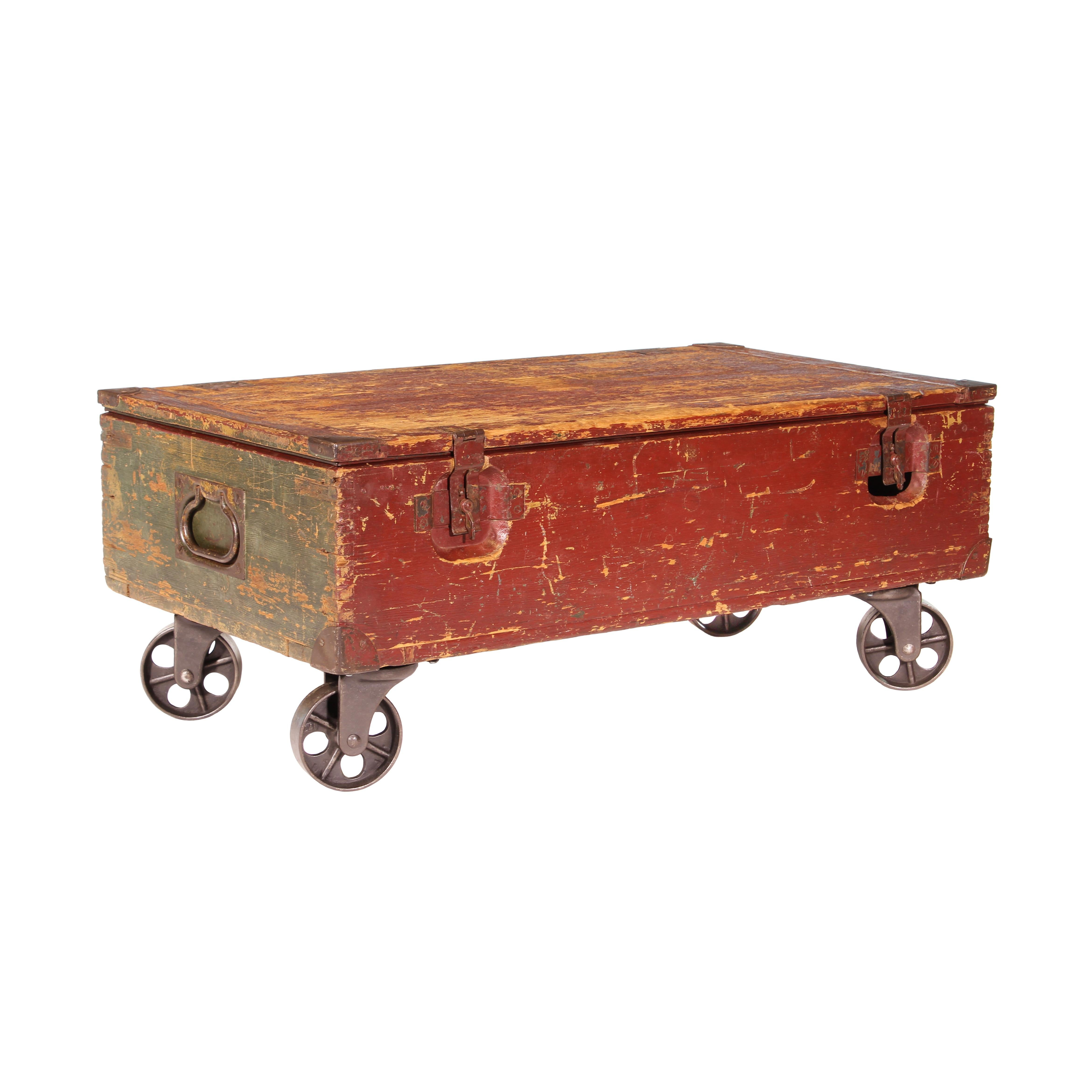 Merveilleux Vintage Industrial Wooden Toy Trunk Coffee Table On Castors For Sale