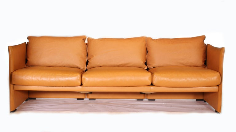 Mario Bellini Tilbury Three-Seat Leather Sofa or Couch In Good Condition For Sale In Oakville, CT