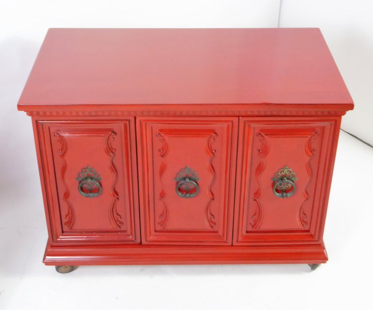 Hollywood Regency Red Lacquer Bedside Tables by Weiman For Sale 9