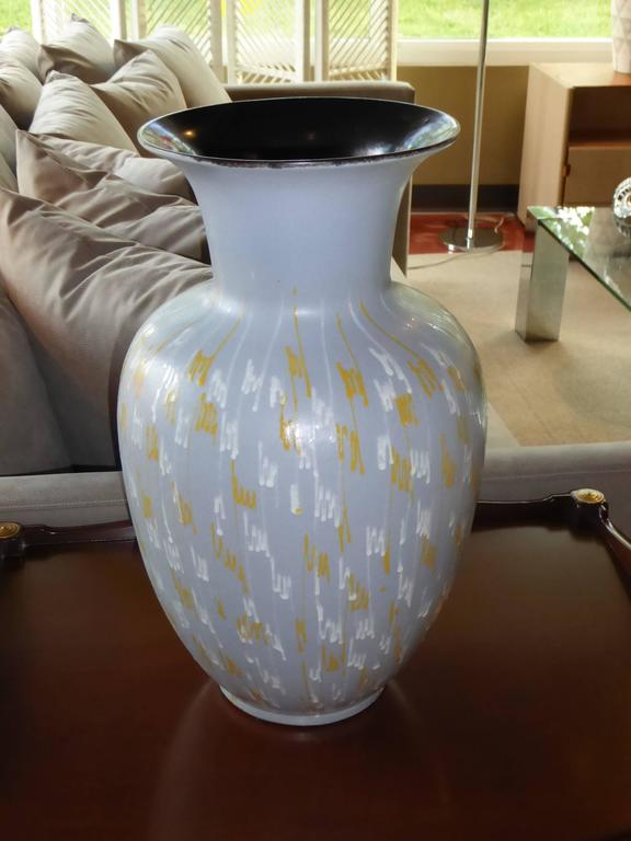 Classic urn shaped and with 1950s period dribble glaze decoration, this massive 1956 Carstens pottery floor vase is a delight. Grey glazed exterior with white and yellow squiggles and an interior black gun metal glaze. Scale is wonderful. Embossed