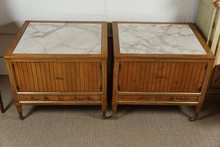 Pair of End Tables with a Maple Finish and Marble Tops In Good Condition For Sale In Hudson, NY