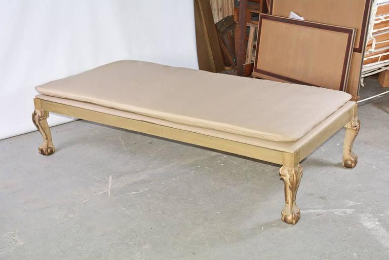 20th Century Louis XV Style Lounging Daybed with Cushion For Sale
