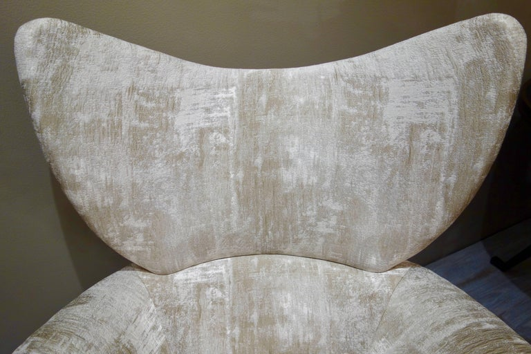 Pair of Vladimir Kagan Large Swivel Greige Lounge Chairs for Directional In Excellent Condition For Sale In New York, NY
