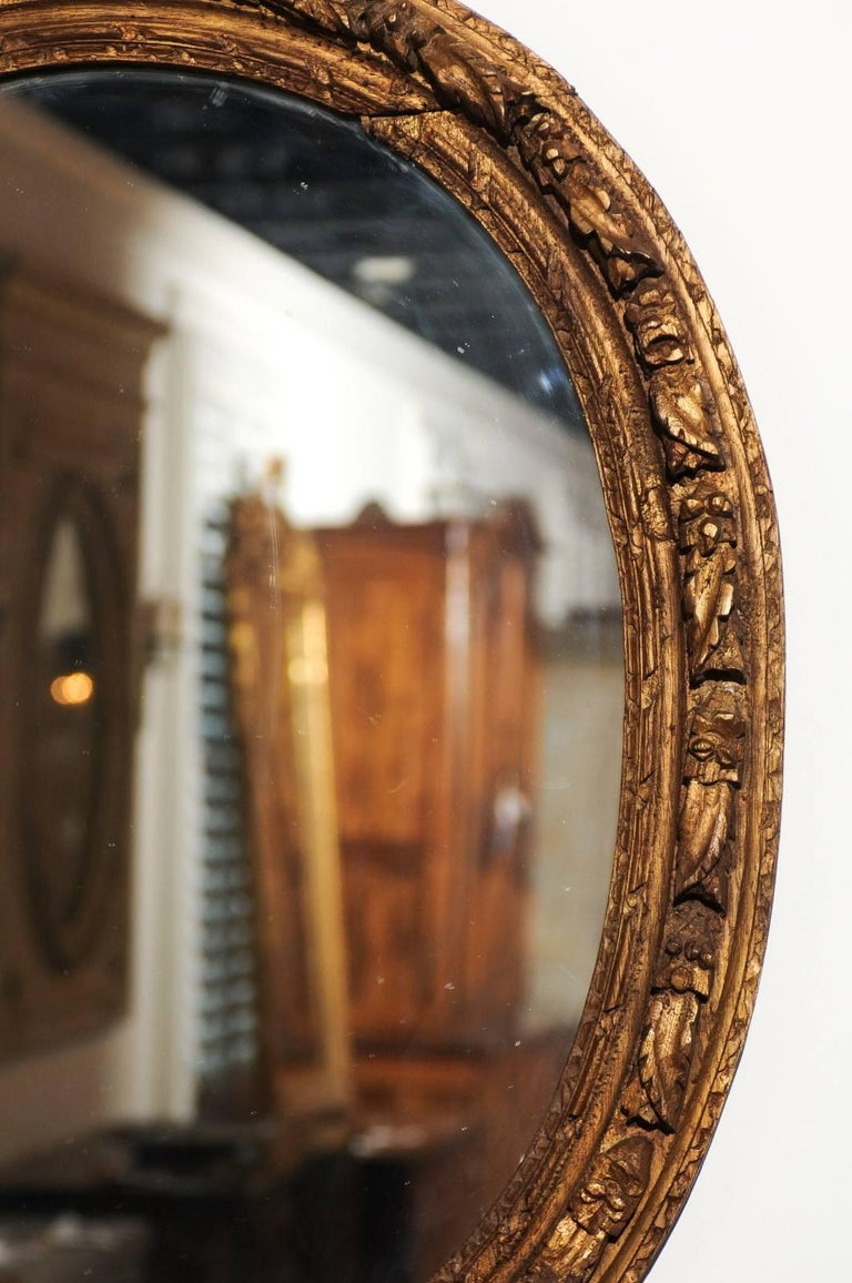 French Louis XIV Period 1710s Giltwood Oval Mirror with Carved Rosettes For Sale 2