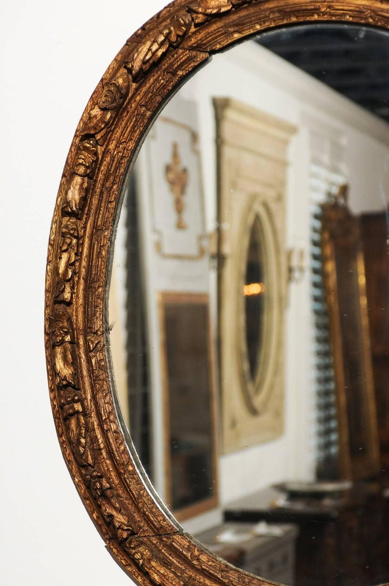 French Louis XIV Period 1710s Giltwood Oval Mirror with Carved Rosettes For Sale 3