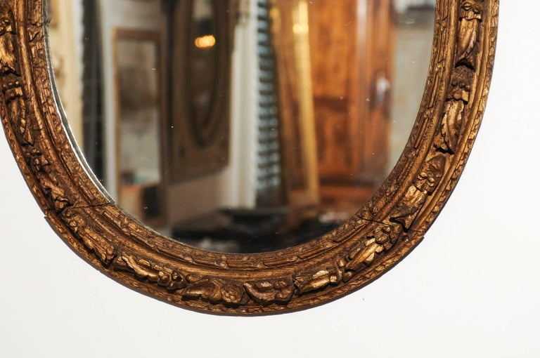French Louis XIV Period 1710s Giltwood Oval Mirror with Carved Rosettes For Sale 1