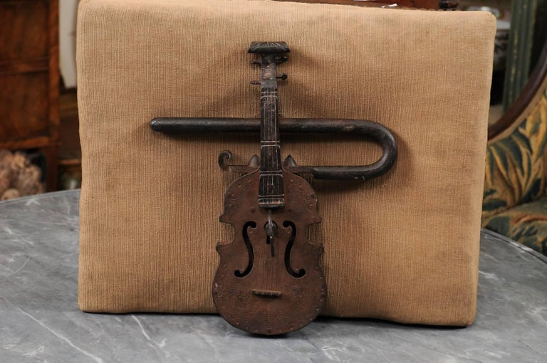 Continental gate lock in Iron dating from the late 18th or early 19th century in the shape of a violin.