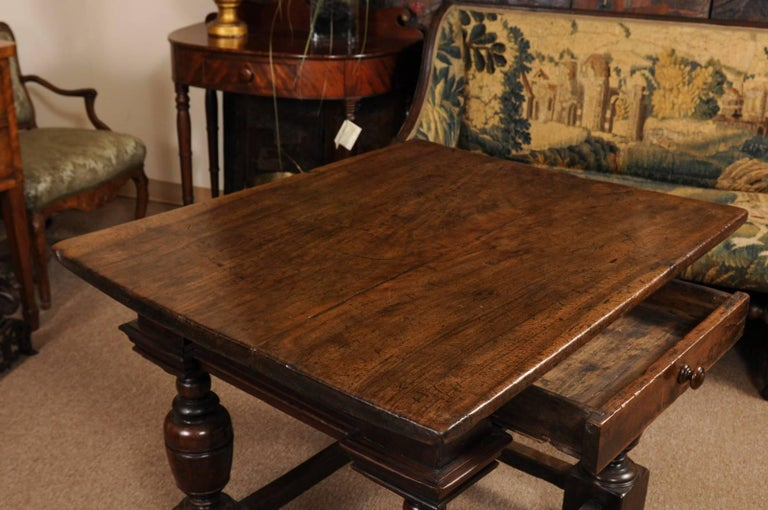 Early 18th Century Italian Renaissance Style Walnut Centre Table For Sale 4