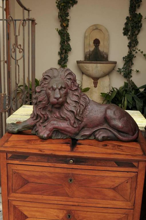 19th century Victorian English Cast-Iron Lion Doorstop with Old Red Patina In Good Condition For Sale In Atlanta, GA