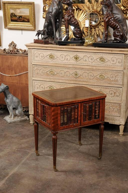 English 1920s Mahogany End Table With Leather Top And Faux Leather Books  Decor In Excellent