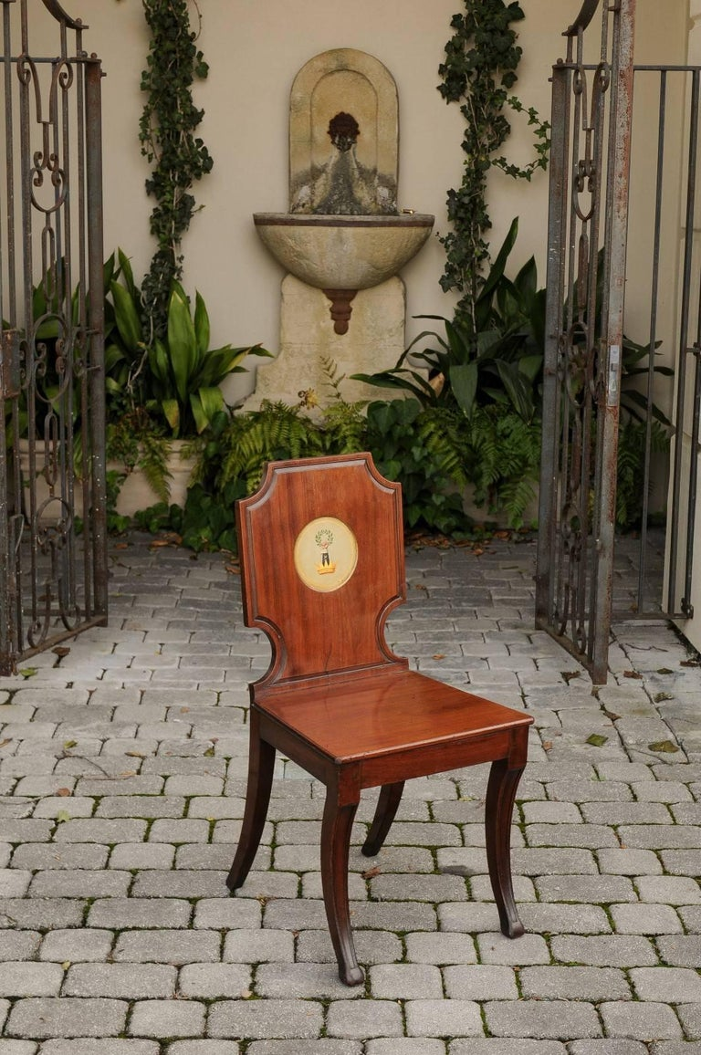 English 1840s Wooden Hall Chair with Cartouche-Shaped Back and Painted Crest In Good Condition For Sale In Atlanta, GA