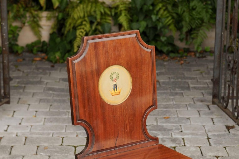 19th Century English 1840s Wooden Hall Chair with Cartouche-Shaped Back and Painted Crest For Sale