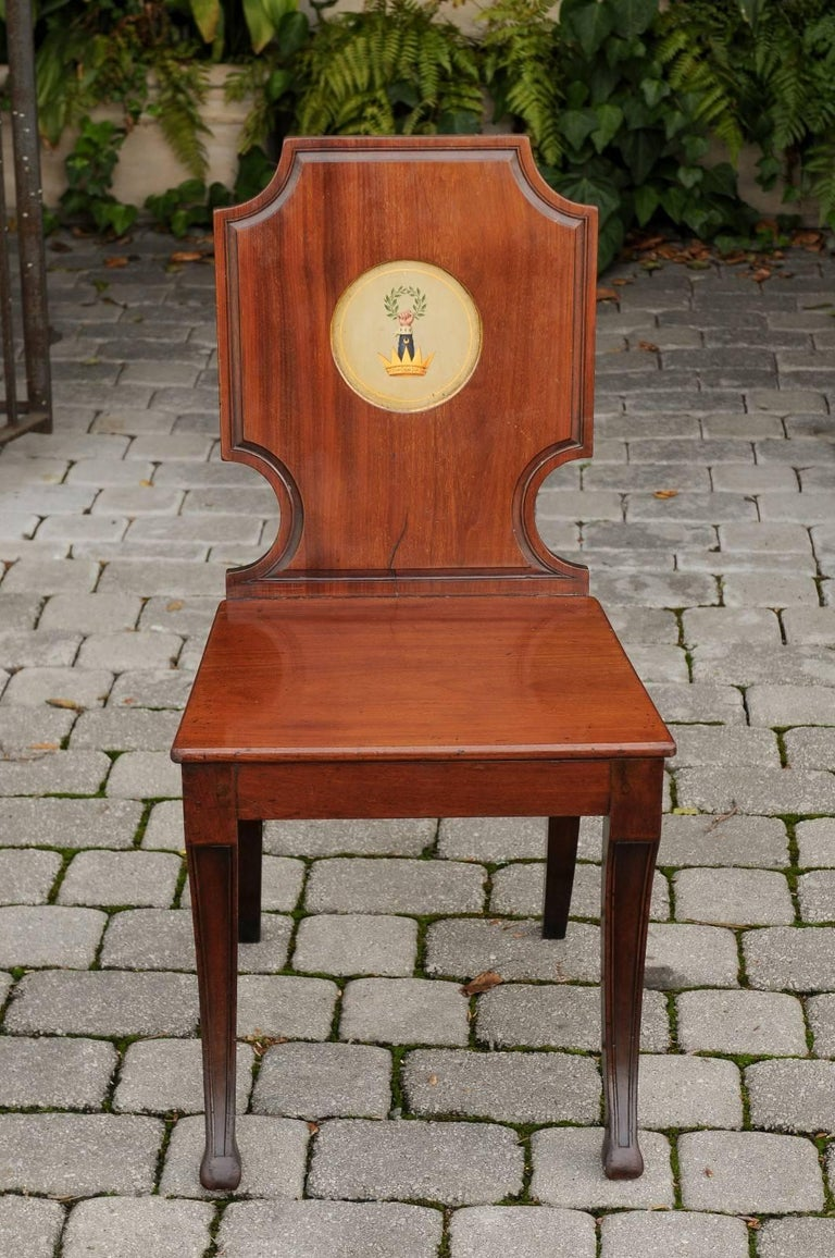English 1840s Wooden Hall Chair with Cartouche-Shaped Back and Painted Crest For Sale 2
