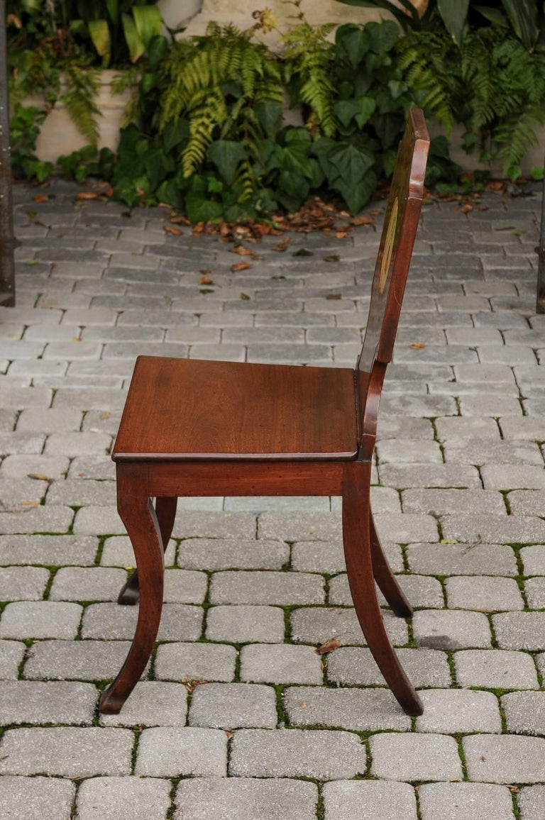 English 1840s Wooden Hall Chair with Cartouche-Shaped Back and Painted Crest For Sale 4