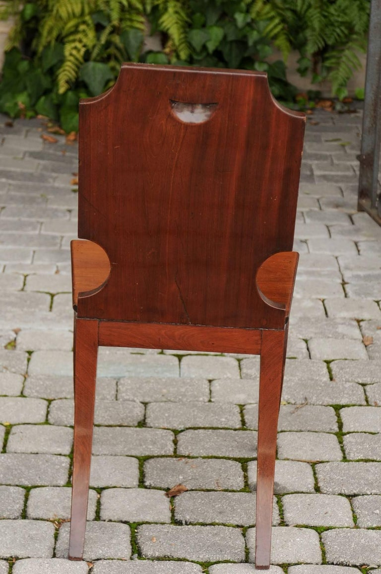 English 1840s Wooden Hall Chair with Cartouche-Shaped Back and Painted Crest For Sale 5