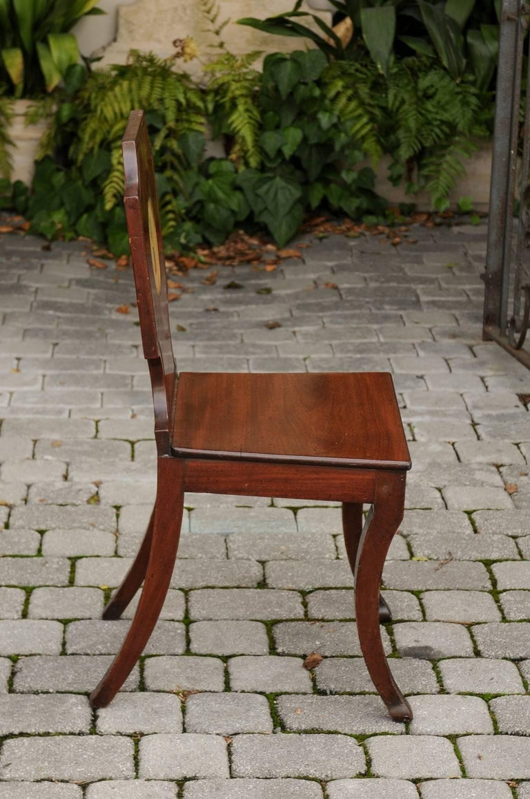 English 1840s Wooden Hall Chair with Cartouche-Shaped Back and Painted Crest For Sale 6