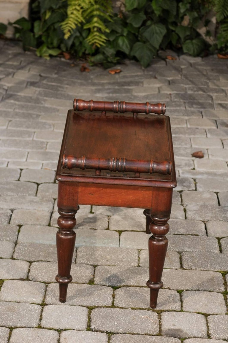 English 1870s Mahogany Hall Bench with Cylindrical Armrests and Turned Legs For Sale 2