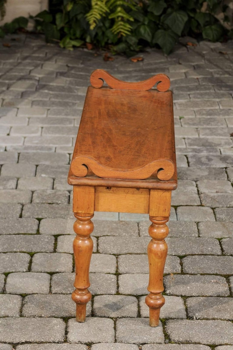 English Petite Oak Hall Bench with Turned Legs and Curly Arm Supports circa 1900 For Sale 1