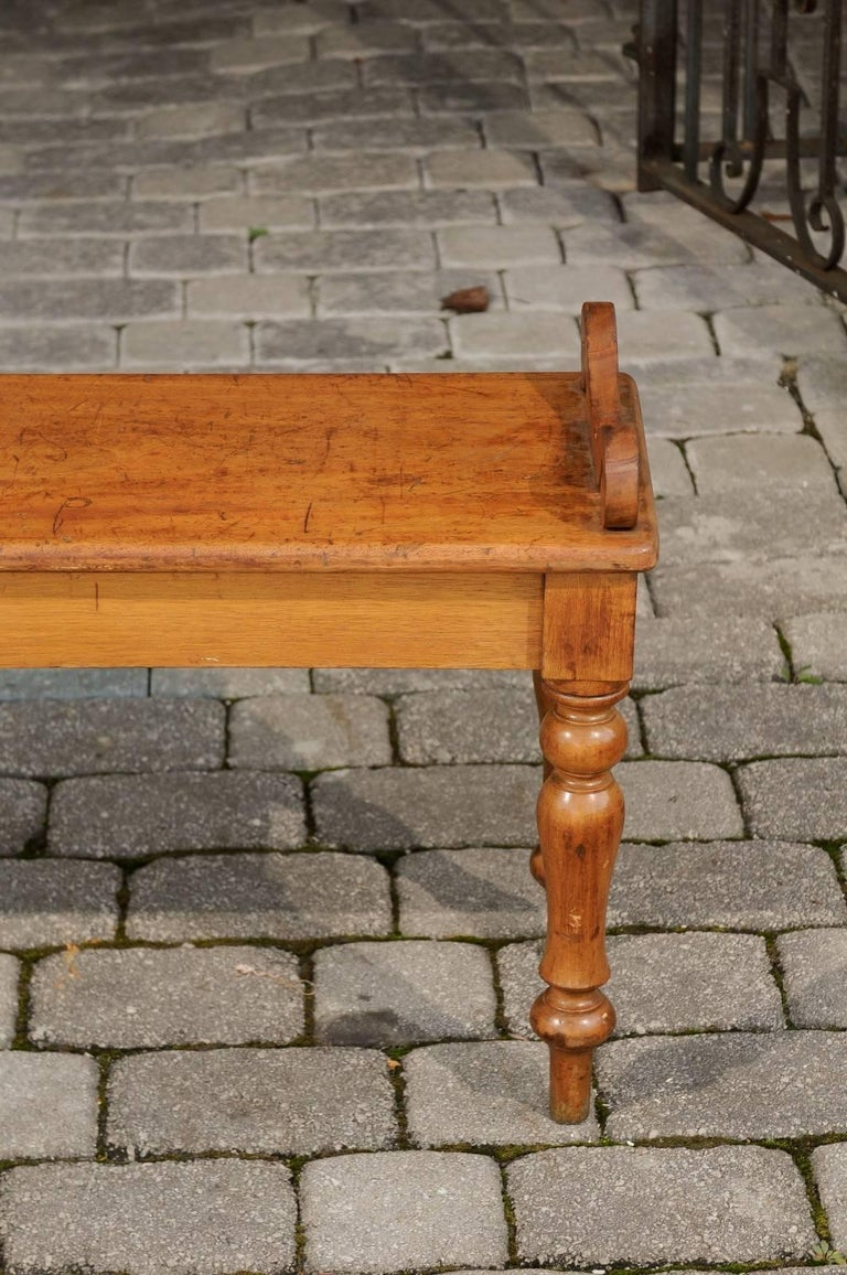 English Petite Oak Hall Bench with Turned Legs and Curly Arm Supports circa 1900 For Sale 4