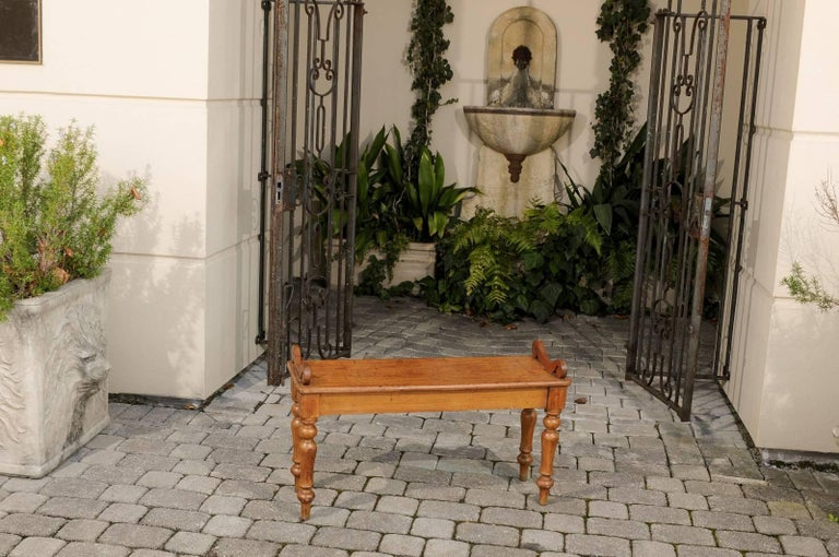 English Petite Oak Hall Bench with Turned Legs and Curly Arm Supports circa 1900 In Good Condition For Sale In Atlanta, GA