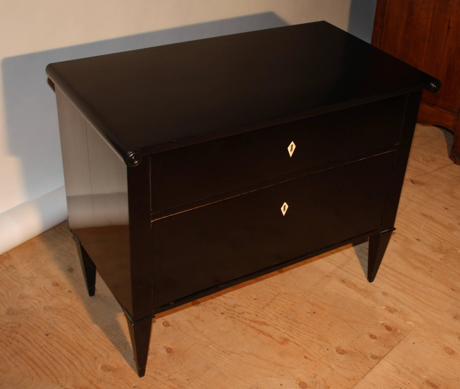 petite black lacquer commode at 1stdibs. Black Bedroom Furniture Sets. Home Design Ideas