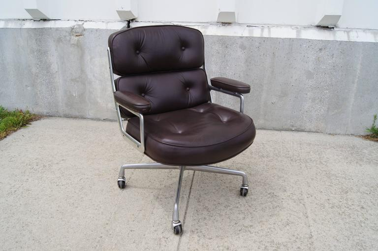 Designed in 1959 by the Eames for New York's Time-Life Building, this aluminum-framed executive chair offers a generous and luxurious seat in rich eggplant-hued leather.