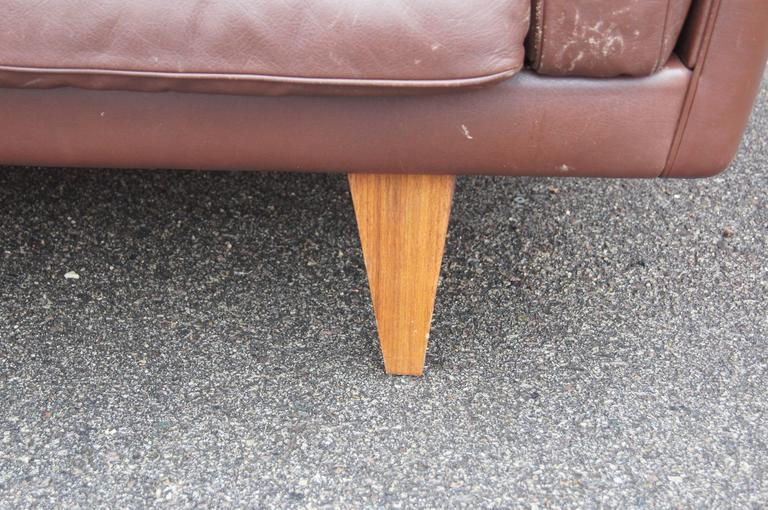 Brown Leather V11 Settee by Illum Wikkelsø for Holger Christiansen In Excellent Condition For Sale In Boston, MA