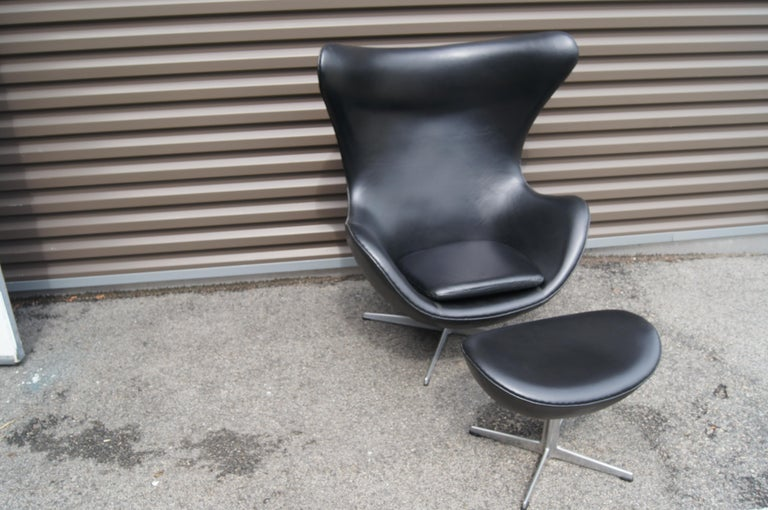 Scandinavian Modern Black Leather Egg Chair and Ottoman by Arne Jacobsen for Fritz Hansen For Sale