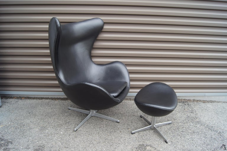 Danish Black Leather Egg Chair and Ottoman by Arne Jacobsen for Fritz Hansen For Sale