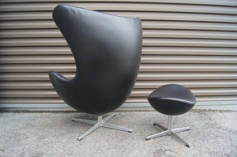 Black Leather Egg Chair and Ottoman by Arne Jacobsen for Fritz Hansen In Excellent Condition For Sale In Boston, MA