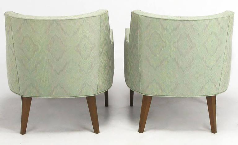 Pair of Classic Barrel-Back Club Chairs in Ikat Upholstery In Good Condition For Sale In Chicago, IL