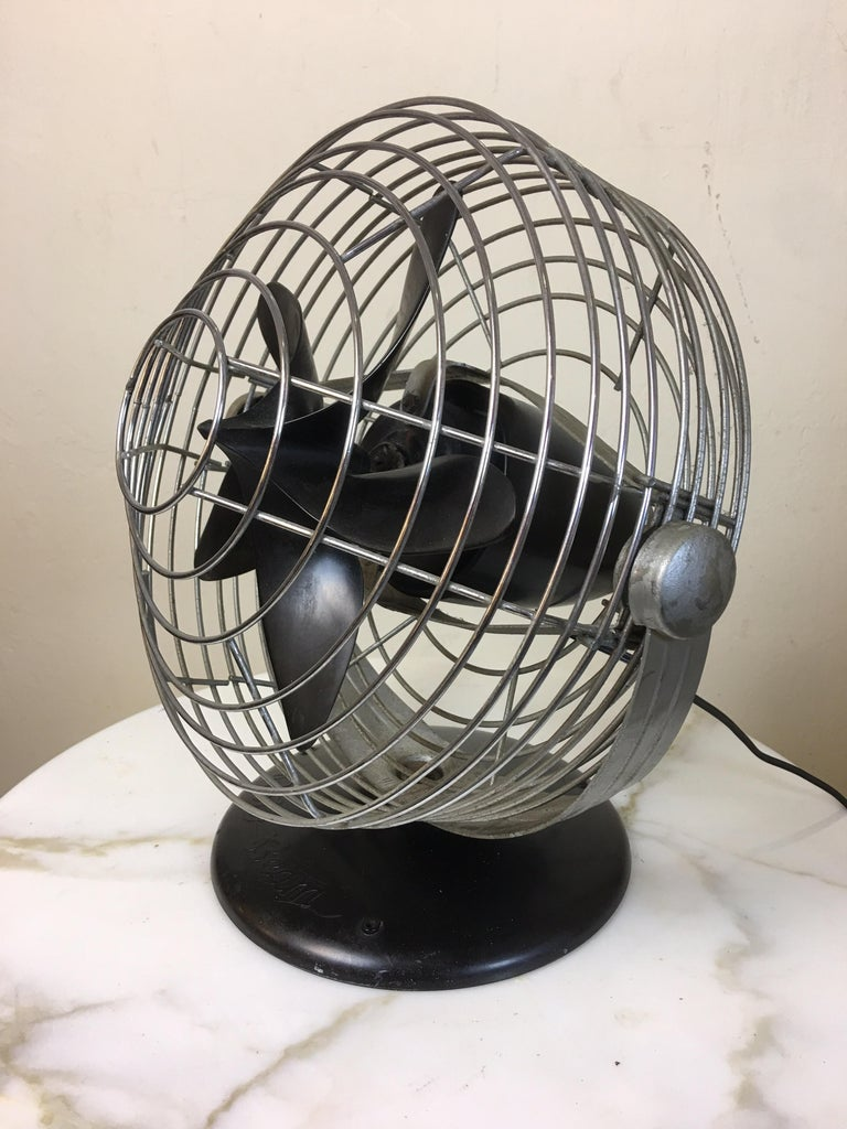 Roto beam 1930s Machine Age table fan. Unique Bakelite base and blade gives this fan a great look! Pull chain switch located at the back of motor. As quiet as a fan can be.