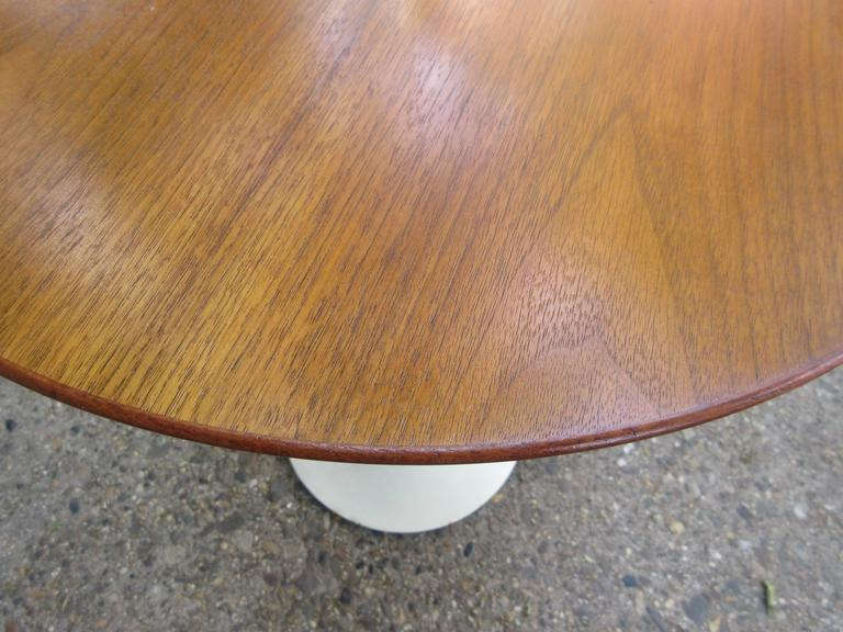 Mid-Century Modern Saarinen for Knoll Round Walnut Tulip Table For Sale