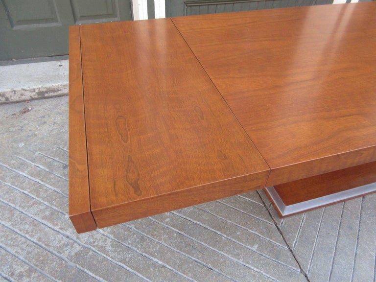 Milo Baughman for Founders Walnut Extension Dining Table In Excellent Condition For Sale In Philadelphia, PA
