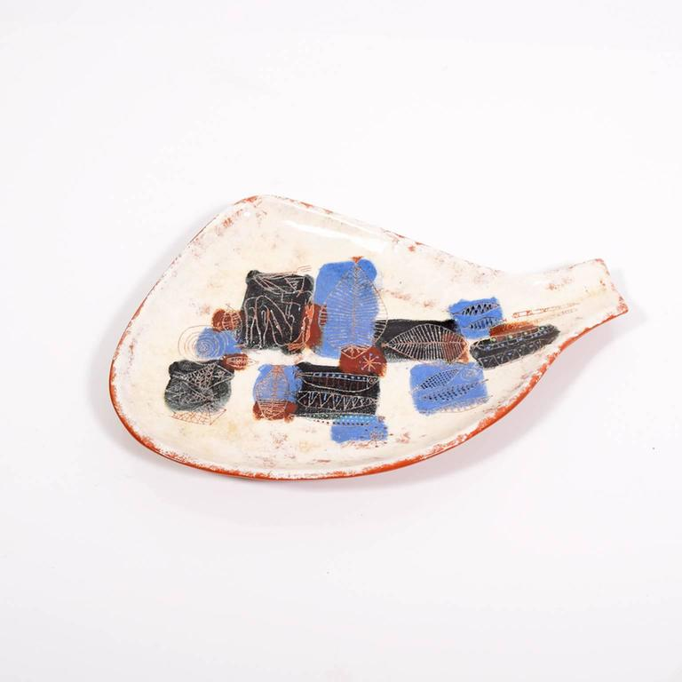 Important hand-thrown California LaGardo Tackett 24-piece collection dishes with three different fish motifs. 12 small, ten medium, one large serving dish and one abstract serving platter.  Small: 7.5