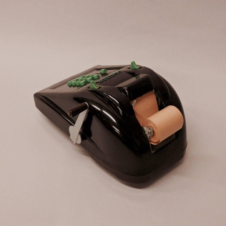 Beautiful streamlined brown Bakelite body with green keys. Excellent condition with original Victor cover.
