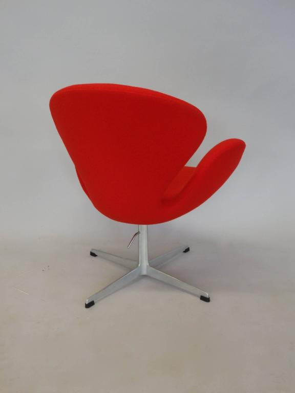 Correctly Restored Arne Jacobsen for Fritz Hansen Adjustable Height Swan Chair In Excellent Condition For Sale In Ferndale, MI