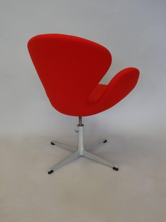 20th Century Correctly Restored Arne Jacobsen for Fritz Hansen Adjustable Height Swan Chair For Sale