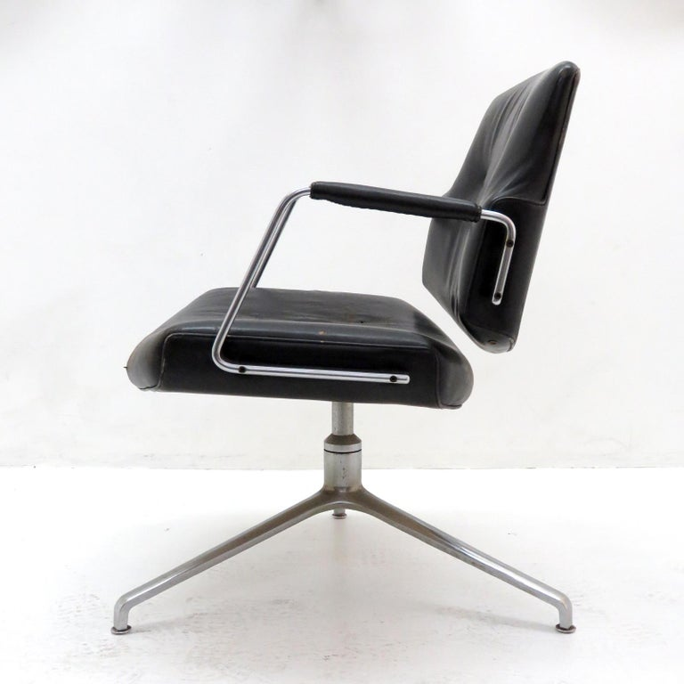 Stunning office chair Model FK84 by Preben Fabricius & Jørgen Kastholm for Kill International, 1962, early production with cantilevering back rest, in black leather on a three star chrome-plated base, marked.