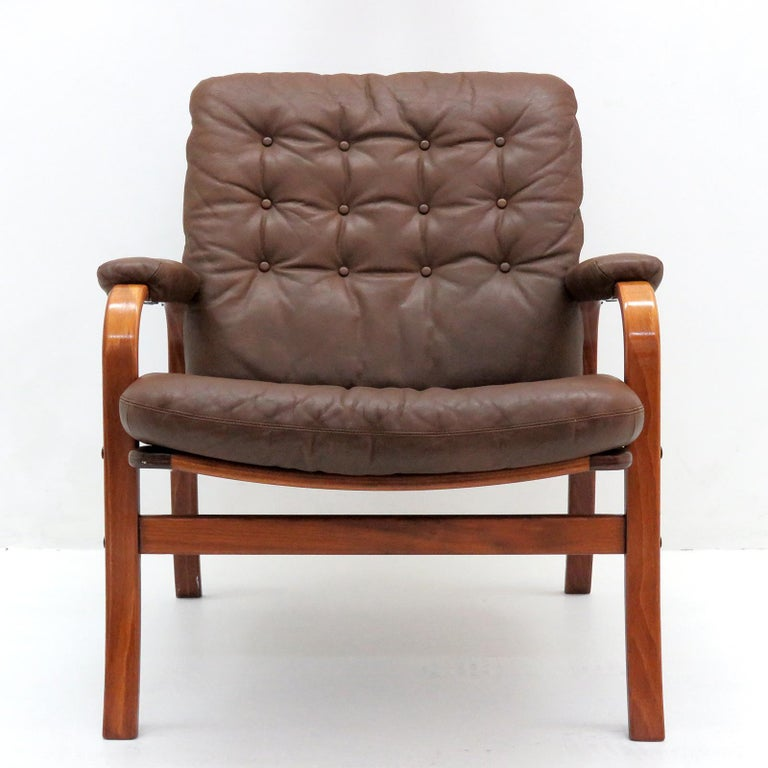 Striking 1950s Swedish bentwood chairs by Göte Möbler Nässjö, with brown tufted leather cushions, great patina.